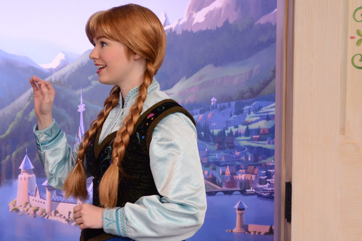 Meet Anna And Elsa At Royal Sommerhus Epcot